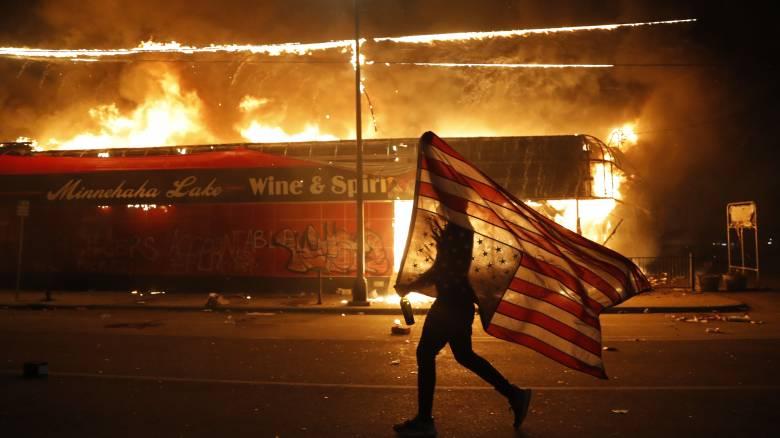 Στις φλόγες η Μινεάπολη: Οδομαχίες διαδηλωτών με αστυνομικές δυνάμεις
