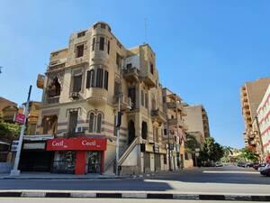 Στους δρόμους του Καΐρου κυκλοφορούν ελάχιστα πλέον οχήματα και η μεγαλούπολη δείχνει το ανθρώπινο πρόσωπό της