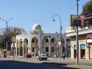 Ο κεντρικός δρόμος Αλ Αχράμ, μπροστά από το Προεδρικό Μέγαρο (το παλιό Grand Hotel Heliopolis το οποίο το 1910 φιλοξενούσε την ελίτ επιχειρηματιών, καλλιτεχνών και βασιλέων από όλο τον κόσμο), είναι άδειος
