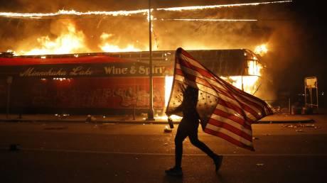 Μινεσότα: Φωτιές και συγκρούσεις για τρίτο εικοσιτετράωρο μετά τη δολοφονία Φλόιντ