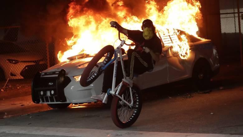 «Φλέγονται» οι ΗΠΑ: Οργή, διαδηλώσεις και απαγόρευση κυκλοφορίας μετά το φόνο του Τζορτζ Φλόιντ