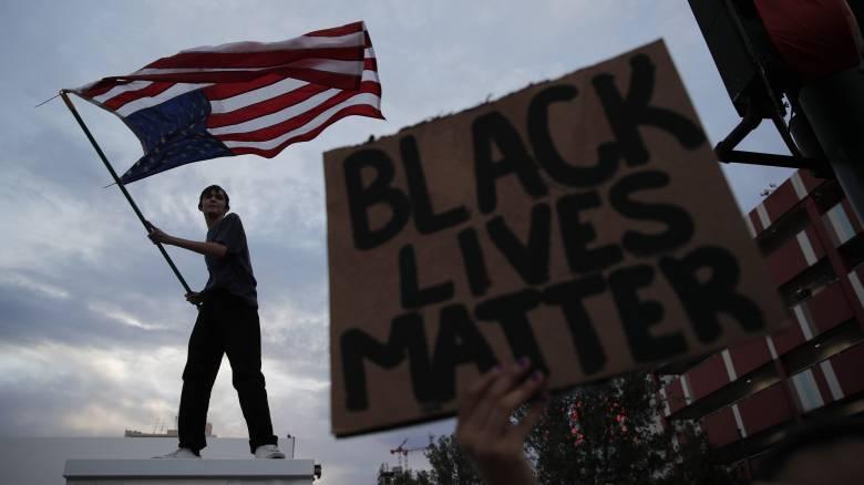 «Δεν μπορώ να ανασάνω»: Τρεις νεκροί, εκτεταμένες ταραχές και οργή στις ΗΠΑ