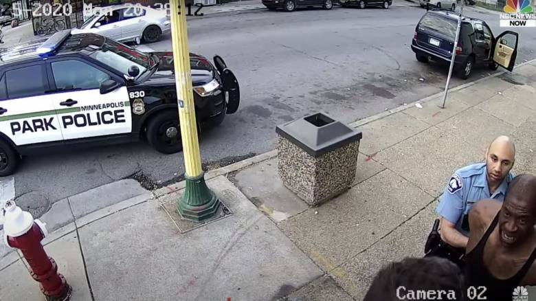 Δολοφονία Τζορτζ Φλόιντ: Στο φως νέο βίντεο  - Τον χτυπούσαν και μέσα στο περιπολικό