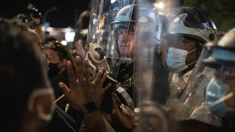 Τζορτζ Φλόιντ: «Έκρηξη» οργής με διεθνείς διαστάσεις – Οι ΗΠΑ «βυθίζονται» στο χάος