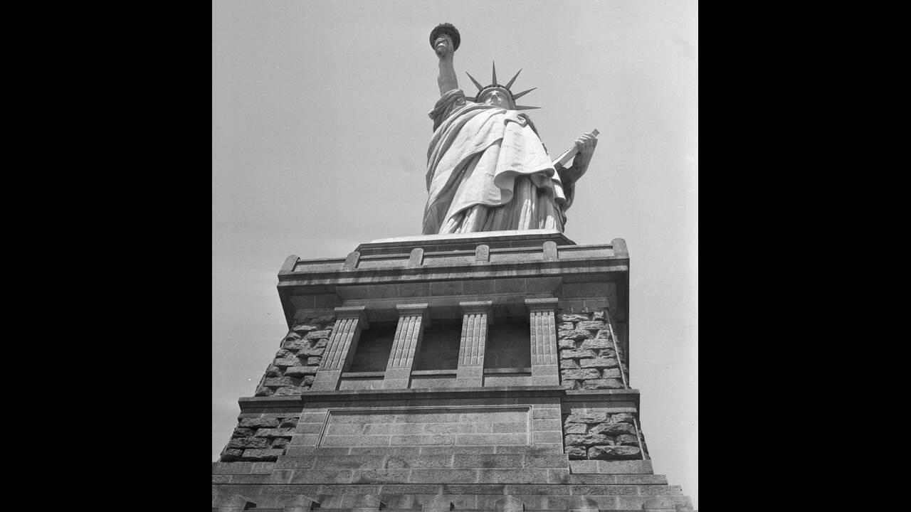 """1952, Νέα Υόρκη. Το άγαλμα της Ελευθερίας φωτογραφημένο από τη βάση του. Το πλήρες όνομα του αγάλματος είναι """"Η Ελευθερία φωτίζει τον Κόσμο"""" και ήταν ένα δώρο από το γαλλικό λαο προς τους Αμερικάνους, δημιούργημα του γλύπτη Φρεντερίκ Ογκίστ Μπαρτολντί. Ο"""
