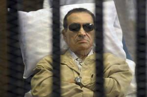 2012, Κάιρο. Ο Χόσνι Μουμπάρακ στο κελί του, στο ανώτατο δικαστήριο του Καΐρου, περιμένει να μεταφερθεί στις φυλακές, όπου θα παραμείνει για το υπόλοιπο της ζωής του. Ο Μουμπάρακ κυβέρνησε την Αίγυπτο για σχεδόν τρεις δεκαετίες και η πτώση του ήταν εξίσου