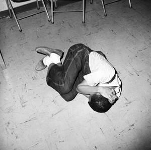 1963, Μισισίπι. Η εικόνα δεν είναι από διαδηλώσεις και επεισόδια, αλλά από εκπαίδευση. Ο Ντέιβ Ντένις, δείχνει πώς μπορεί να προστατευτεί κανείς από την αστυνομία, κατά τη διάρκεια των διαμαρτυριών που έχουν γενικευτεί στον αμερικανικό νότο και των διαδηλ