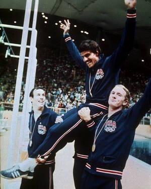 1972, Μόναχο. Οι συναθλητές του σηκώνουν τον Αμερικανό κολυμβητή Μαρκ Σπιτς στους ώμους τους, μετά τη νίκη της ομάδας στην κούρσα 4Χ100 μεικτής κολύμβησης. Με τη νίκη αυτή ο Σπιτς έφτασε στο ολυμπιακό ρεκόρ των 7 χρυσών μεταλλίων.