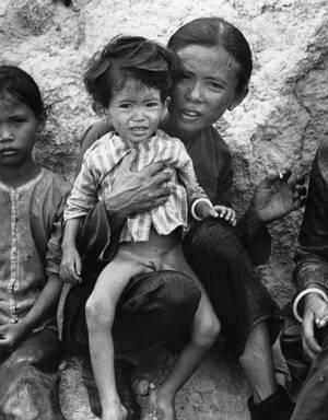 1972, Βιετνάμ. Μια μητέρα με το παιδί της ξεκουράζονται αφού έχουν περπατήσει δεκάδες χιλιόμετρα προκειμένου να διασχίσουν τη γραμμή του μετώπου και να βρεθούν στο Νότιο Βιετνάμ.