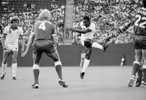 1977, Νιού Τζέρσεϊ. Ο Βραζιλιάνος άσος Πελέ, εξακολουθεί να μαγεύει το κοινό στα γήπεδα, παίζοντας με την ομάδα Κόσμος, της Νέας Υόρκης.