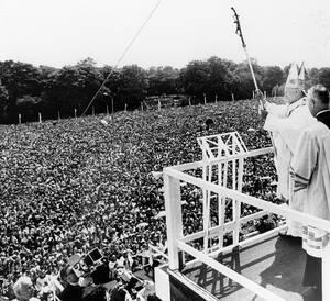 1979, Πολωνία. Ο Πάπας Ιωάννης Παύλος Β' ευλογεί ένα τεράστιο πλήθος που έχει έρθει ως το Μοναστήρι της Παναγίας στην Τσεστοχόβα, βόρεια της Κρακοβίας. Ο Ιωάννης Πάυλος, γεννημένος ως Κάρολ Βοϊτίλα στην Πολωνία, προκαλεί παραλήρημα με τις δημόσιες εμφανίσ