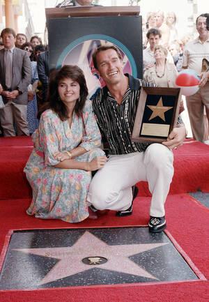 1987, Χόλιγουντ. Ο Άρνολντ Σβαρτσενέγκερ αποκτά το δικό του αστέρι στη Λεωφόρο της Δόξας, στο Χόλιγουντ. Δίπλα του, η σύζυγός του, Μαρία Σράιβερ.