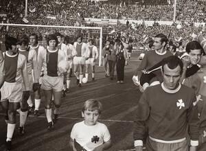 1971, Λονδίνο. Ο Παναθηναϊκός αντιμετωπίζει στο Γουέμπλεϊ τον Άγιαξ για το Κύπελλο Πρωταθλητριών Ευρώιπης, τον προκάτοχο του Champions League και χάνει με 2-0 στον 16ο τελικό της διοργάνωσης. Είναι η πρώτη -και τελευταία- φορά που ελληνική ομάδα συμμετέχε