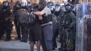 Η άλλη πλευρά: Αστυνομικοί αγκαλιάζουν και γονατίζουν μπροστά σε διαδηλωτές