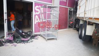 «Εισβολή» φορτηγού σε κατάστημα στην Πειραιώς: Στο νοσοκομείο ο οδηγός