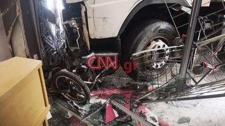 «Εισβολή» φορτηγού σε κατάστημα στην Πειραιώς: Οι πρώτες εικόνες από το σημείο
