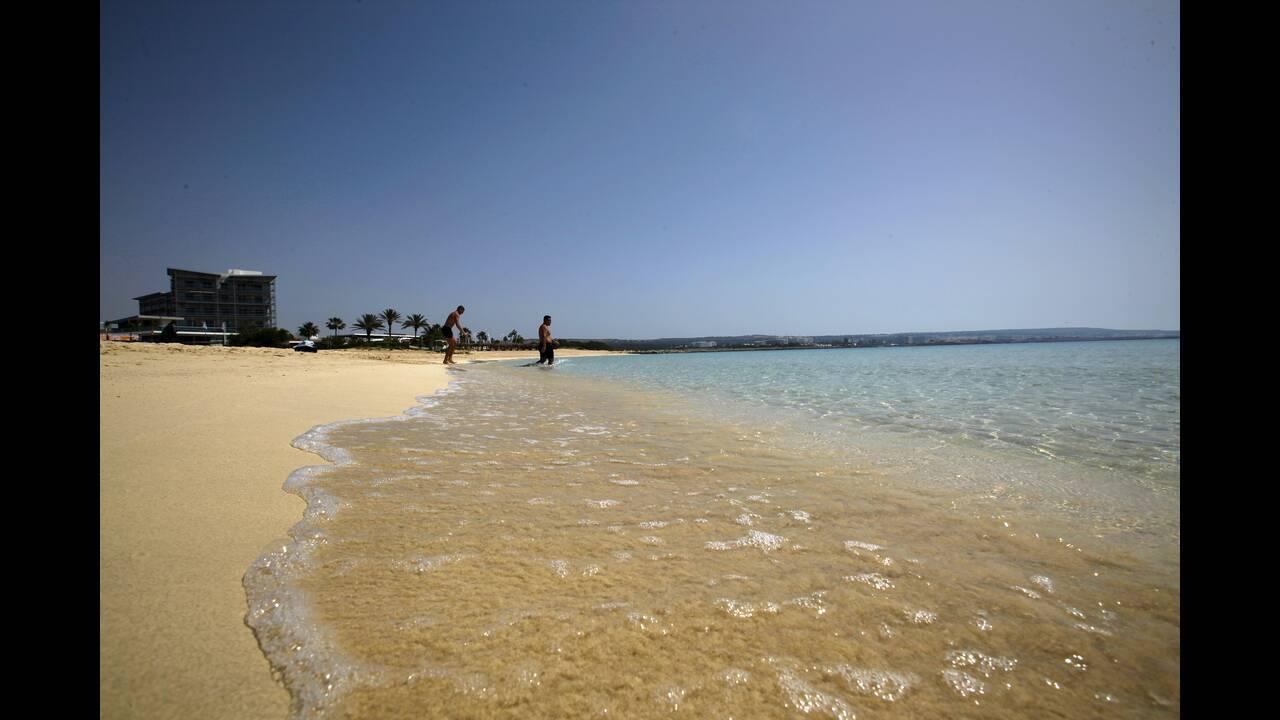 Η Κύπρος ανυπομονεί τόσο να επανεκκινήσει την τουριστική βιομηχανία της, που οι Αρχές αναλαμβάνουν να καλύψουν τα έξοδα των ταξιδιωτών που θα διαγνωστούν θετικοί με Covid-19 ενώ βρίσκονται σε διακοπές στη Μεγαλόνησο. Πρόσφατα έδωσε στη δημοσιότητα μία λίσ