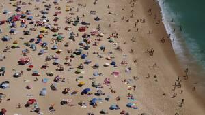 Η Πορτογαλία βρίσκεται σε φάση άρσης των περιοριστικών μέτρων, με τα εστιατόρια, τα μουσεία και τις καφετέριές της να ανοίγουν με μειωμένη χωρητικότητα από τα Μέσα Μαΐου. Κι ενώ οι επισκέπτες εκτός Ευρώπης είναι απαγορευμένοι μέχρι τις 15 Ιουνίου, η χώρα