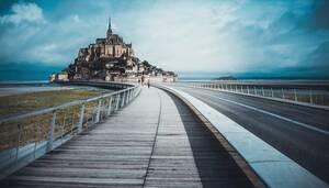 Πριν την επέλαση του κορωνοϊού η Γαλλία ήταν η χώρα που επισκέφτηκαν οι τουρίστες περισσότερο στο κόσμο.  Τώρα, οι ταξιδιώτες από το εξωτερικό άμα τη αφίξη τους στη Γαλλία υποβάλλονται σε υποχρεωτική καραντίνα 14 ημερών. Με το πιο εμβληματικό της μουσείο,