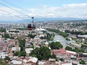 Μέχρι το ξέσπασμα του κορωνοϊού, η Γεωργία βίωνε μια τουριστική έκρηξη, έχοντας το 2019 υποδεχτεί 5 εκατομμύρια ταξιδιώτες, 7% περισσότερους από την περασμένη χρονιά. Ωστόσο η χώρα αναγκάστηκε να κλείσει τα χειμερινά της θέρετρα και να απαγορεύσει την είσ