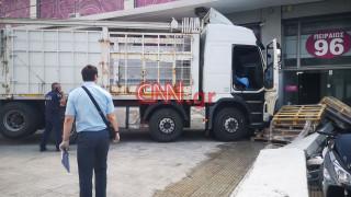 «Εισβολή» φορτηγού σε κατάστημα στην Πειραιώς: Νεκρός ο οδηγός