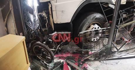 Βίντεο-ντοκουμέντο: Η στιγμή που το φορτηγό «εισέβαλε» στο κατάστημα στην Πειραιώς