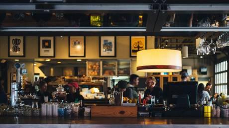 Άρση μέτρων: Πώς θα λειτουργήσουν μπαρ, νυχτερινά κέντρα και εσωτερικοί χώροι εστίασης