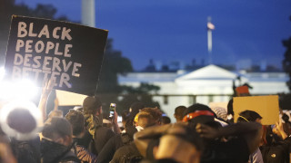 Ουάσινγκτον: Διαδηλώση έξω από τον Λευκό Οίκο για τη δολοφονία Φλόιντ