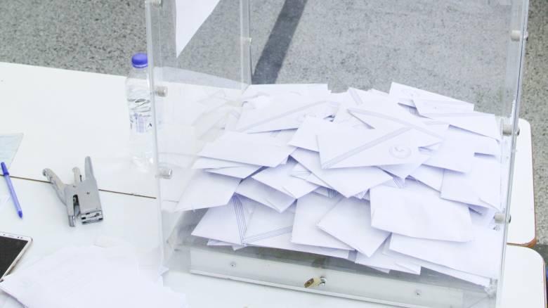 Νέα δημοσκόπηση: Καθησυχασμός για τον κορωνοϊό - Το 59% θέλει ανασχηματισμό