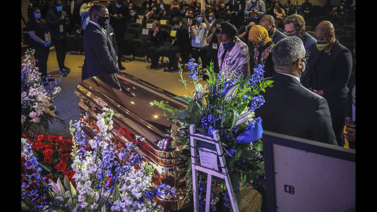 https://cdn.cnngreece.gr/media/news/2020/06/05/222073/photos/snapshot/floyd_memorial-9.jpg