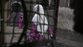 Οργή στην Αίγυπτο: Ξεγέλασε τις κόρες του και τις υπέβαλε σε κλειτοριδεκτομή