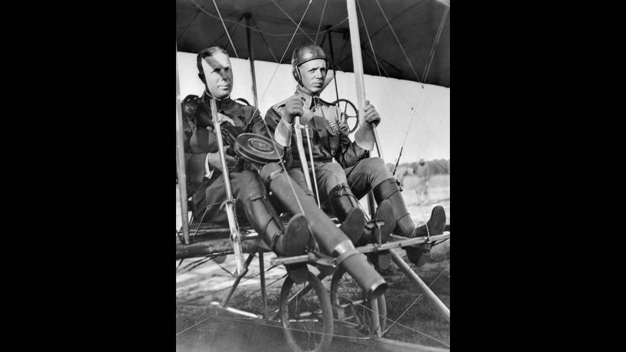 1912, Μέριλαντ.  Ο λοχαγός C.D. Chandler κρατάει ένα πολυβόλο, καθως ο ταγματάρχης Roy T. Kirtland ετοιμάζεται να πιλοτάρει το αεροσκάφος. Αυτό που βλέπουμε, είναι το πρώτο πολεμικό αεροπλάνο στην ιστορία.