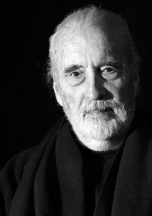 """2015, Λονδίνο.  Πεθαίνει, σε ηλικία 93 ετών, ο Βρετανός ηθοποιός Κρίστοφερ Λι, ο οποίος ενσάρκωσε αριστουργηματικά το """"Δράκουλα"""" στον κινηματογράφο."""