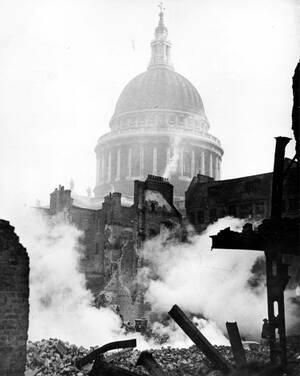 1941, Λονδίνο.  Ο Καθεδρικός Ναός του Αγίου Παύλου στέκει άθικτος ανάμεσα στα ερείπια που άφησε πίσω της άλλη μια γερμανική αεροπορική επιδρομή στο Λονδίνο.