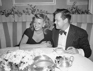 1945, Χόλιγουντ.  Η Ρίτα Χέιγουορθ και ο σύζυγός της, Όρσον Ουέλς, δειπνούν στο εστιατόριο Larue. Λίγους μήνες νωρίτερα, έχει γεννηθεί η κόρη τους.