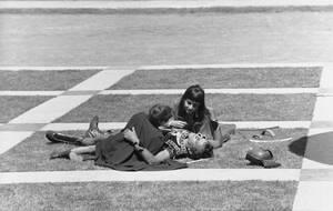 """1962, Ρώμη.  Οι ηθοποιοί Ελίζαμπεθ Τέιλορ και Ρίτσαρντ Μπάρτον σε μια σκηνή στα γυρίσματα της ταινίας """"Κλεοπάτρα"""" στα στούντιο της Cinecitta στη Ρώμη."""