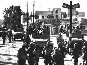 1967, Γάζα.  Ισραηλινά στρατεύματα μπαίνουν στην πόλη της Γάζας. Σε όλη τη Δυτική Όχθη οι σκηνές που λαμβάνουν χώρα την περασμένη εβδομάδα είναι σαν διαρκής επανάληψη άλλων συγκρούσεων, σε παλαιότερες στιγμές. Το Ισραήλ κατέλαβε όλες τις πόλεις της Δυτικ