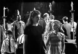 1968, Νέα Υόρκη.  Η Τζάκι Κένεντι, με τα παιδιά της Καρολάιν και Τζον, μπροστά από το φέρετρο του δολοφονημένου αδελφού του συζύγου της, Ρόμπερτ Κένεντι, στον Καθεδρικό Ναό του Αγίου Πατρικίου.