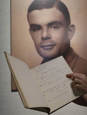 """1954, Βρετανία. Αυτοκτονεί ο σπουδαίος μαθηματικός Άλαν Τούρινγκ, πρωτοπόρος της πληροφορικής και ο άνθρωπος που αποκρυπτογράφησε το γερμανικό σύστημα """"Enigma"""" στο Β' Παγκόσμιο Πόλεμο."""
