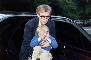 1993, Νέα Υόρκη.  Ο σκηνοθέτης Γούντι Άλεν κρατάει τον πεντάχρονο γιο του, Σάτσελ, πριν τον επιστρέψει στη Μία Φάροου. Το ζευγάρι είχε μια πολύ σκληρή δικαστική διαμάχη για την επιμέλεια των παιδιών τους, την οποία κέρδισε η Φάροου.