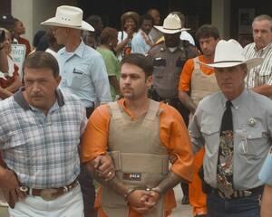 1998, Τέξας.  Ο Τζον Ουίλιαμ Κινγκ (μπροστά) και ο Λόρενς Ράσελ Μπρούερ, φεύγουν από την ομοσπονδιακή φυλακή του Τζάσπερ στο Τέξας. Ο Κινγκ, ο Μπρούερ και ο Σον Άλλεν Μπέρι -όλοι οπαδοί της θεωρίας της λευκής υπεροχής- κατηγορούνται ότι έδεσαν τον μαύρο