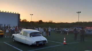 Drive-in σινεμά στη Γλυφάδα με αυτοκίνητα αντίκες