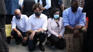 Καναδάς: Ο Τριντό γονατίζει κατά της αστυνομικής βίας, οι αστυνομικοί πετούν δακρυγόνα