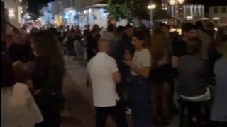 Ναύπακτος: Εικόνες συνωστισμού το βράδυ της Κυριακής