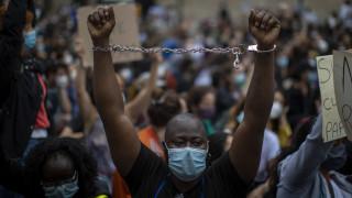 «Μας την έστησαν»: Διαδηλωτές στις ΗΠΑ περιγράφουν τη βία των Αρχών – Πάνω από 10.000 συλλήψεις