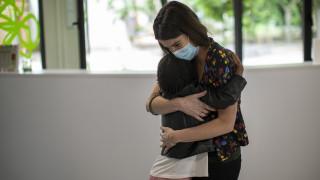 Κορωνοϊός: Χειραψίες, αγκαλιές και φιλιά από το… 2021