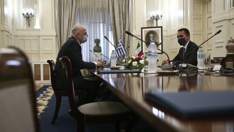 Ιστορική συμφωνία: Έπεσαν οι υπογραφές για την ΑΟΖ μεταξύ Ελλάδας και Ιταλίας