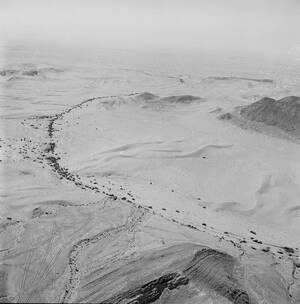 1967, χερσόνησος του Σινά.  Μια εναέρια οπτική του περίφημου στρατηγικού περάσματος προς το Σουέζ, Μίτλα, στην κεντρική χερσόνησο του Σινά. Το πέρασμα είναι γεμάτο από Αιγυπτιακά οχήματα και στρατιωτικό υλικό που ο Αθγυπτιακός στρατός άφησε πίσω του μετά