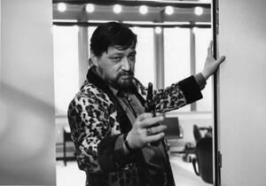 1982. Ο Γερμανός ηθοποιός και σκηνοθέτης Ράινερ Βέρνερ Φασμπίντερ, στα γυρίσματα της ταινίας Kamikaze. Ο Φασμπίντερ βρέθηκε νεκρός στο κρεβάτι του στο Μόναχο, από την τελευταία του σύντροφο, στις 10 Ιουνίου 1982. Ήταν 37 ετών.