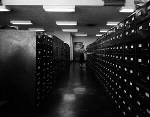 1958, Νέα Υόρκη.  Η Έλμα Μασούτ είναι μια από τους ανθρώπους που εργάζονται στη φωτογραφική βιβλιοθήκη του Associated Press στη Νέα Υόρκη. Όλες οι φωτογραφίες που βλέπετε σε αυτή τη στήλη προέρχονται από την ψηφιοποίηση αυτού του αρχείου.